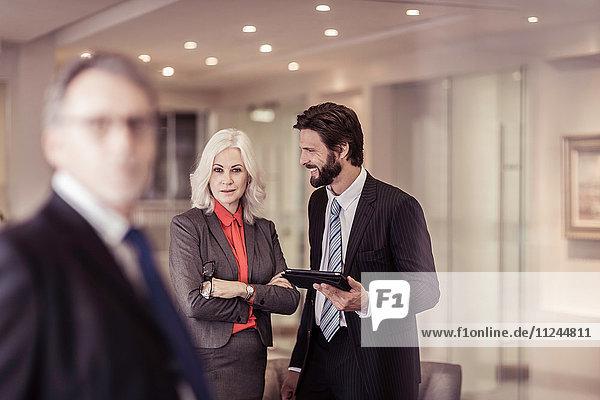 Zuversichtliche Geschäftsfrau bei Treffen