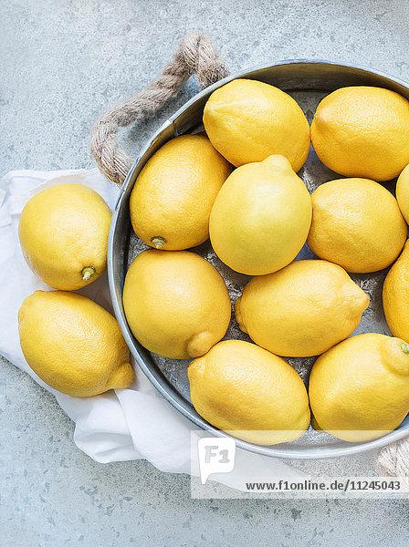 Zitronen in Metallbehälter Zitronen in Metallbehälter