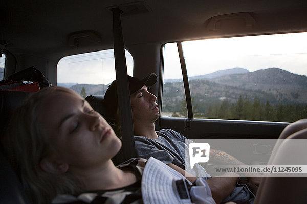 Junge Frau und schlafende Frau im Auto  Mammoth Lakes  Kalifornien  USA
