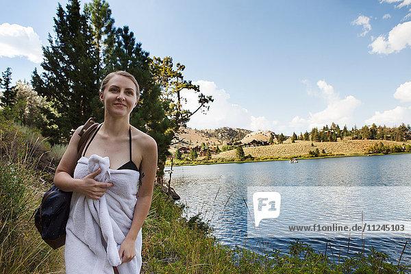 Porträt einer in ein Handtuch gewickelten jungen Frau am See  Mammoth Lakes  Kalifornien  USA