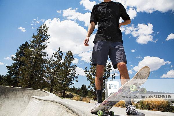 Nackenansicht eines jungen männlichen Skateboardfahrers im Skatepark  Mammoth Lakes  Kalifornien  USA