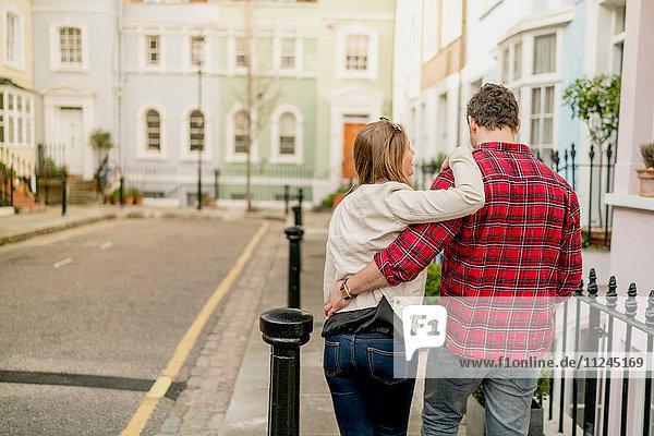 Rückansicht des jungen Paares auf der Kings Road  London  UK