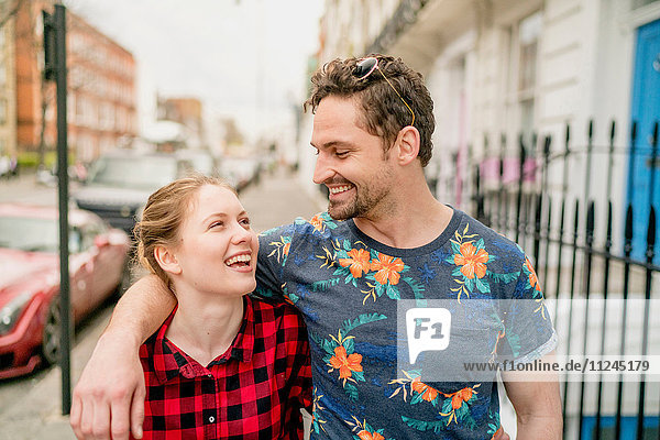 Junges Paar  das die Straße entlang schlendert  Kings Road  London  UK