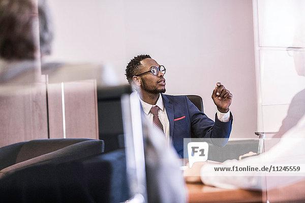 Fensteransicht der Befragung eines Geschäftsmannes in einer Vorstandssitzung