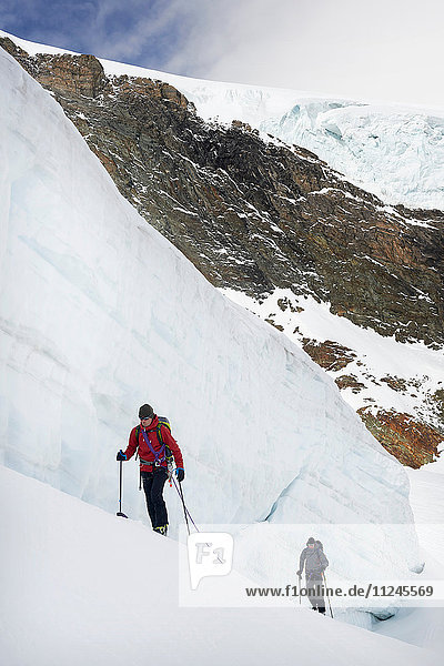 Bergsteiger Skitouren auf schneebedecktem Berg  Saas Fee  Schweiz
