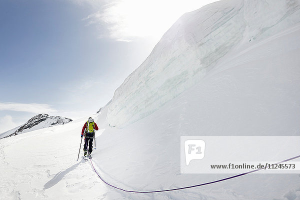 Rückansicht einer Skitour auf einem schneebedeckten Berg  Saas Fee  Schweiz