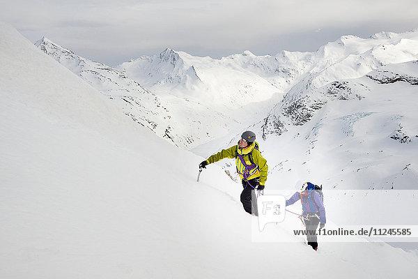 Bergsteiger besteigen schneebedeckten Berg  Saas Fee  Schweiz
