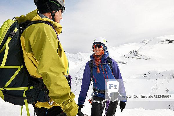 Bergsteiger auf schneebedecktem Berg lächelnd  Saas Fee  Schweiz