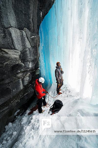 Paar beim Höhleneisklettern  Saas Fee  Schweiz