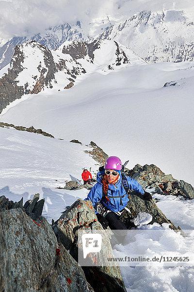 Bergsteiger besteigt schneebedeckten Berg  Saas Fee  Schweiz