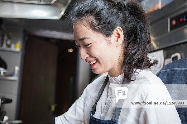 Chefkoch in Großküche lächelt