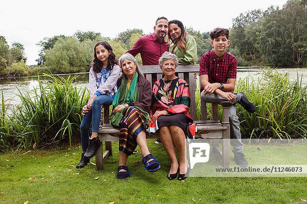 Porträt einer Familie in vier Generationen  am See  lächelnd