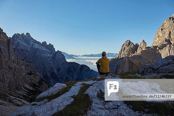 Wanderin mit Blick auf die Dolomiten über den Wolken  Sexten  Südtirol  Italien