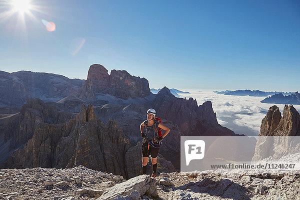 Wanderin bei der Ankunft auf dem Paternkofel  Dolomiten  Sexten  Südtirol  Italien