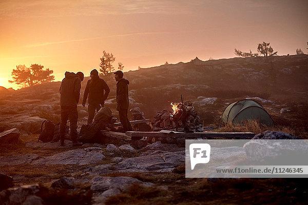 Wanderer  die sich bei Sonnenuntergang auf das Lager vorbereiten  Sarkitunturi  Lappland  Finnland
