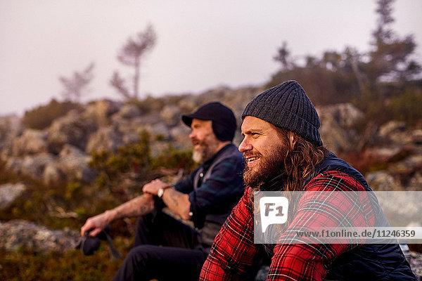 Wanderer geniessen Aussicht auf felsiges Feld  Sarkitunturi  Lappland  Finnland