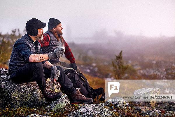 Wanderer entspannen bei Kaffee auf felsigem Feld  Sarkitunturi  Lappland  Finnland