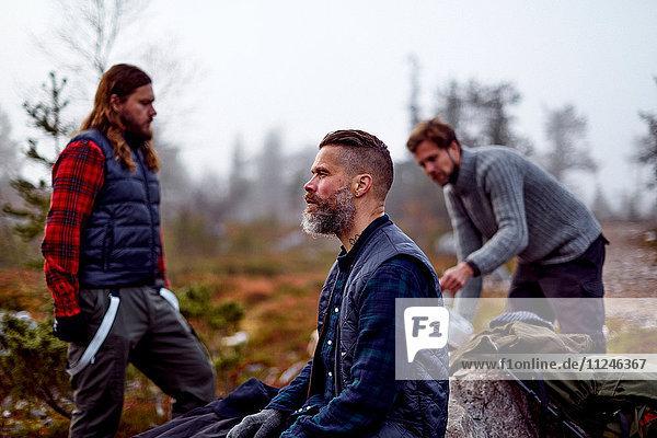 Wanderer entspannen im Park  Sarkitunturi  Lappland  Finnland