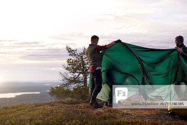 Wanderer beim Zeltaufbau auf dem Berggipfel  Keimiotunturi  Lappland  Finnland