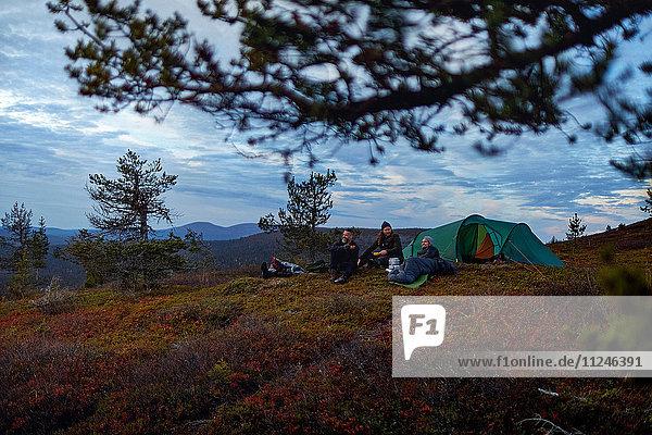 Wanderer entspannen sich vor dem Zelt  Keimiotunturi  Lappland  Finnland