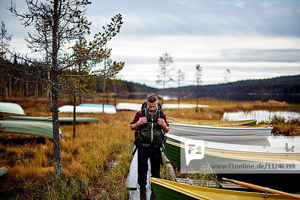 Wandern am See mit Booten  Kesankijarvi  Lappland  Finnland