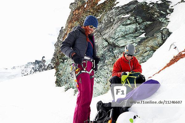 Bergsteiger bereiten Ausrüstung auf schneebedecktem Berg vor  Saas Fee  Schweiz