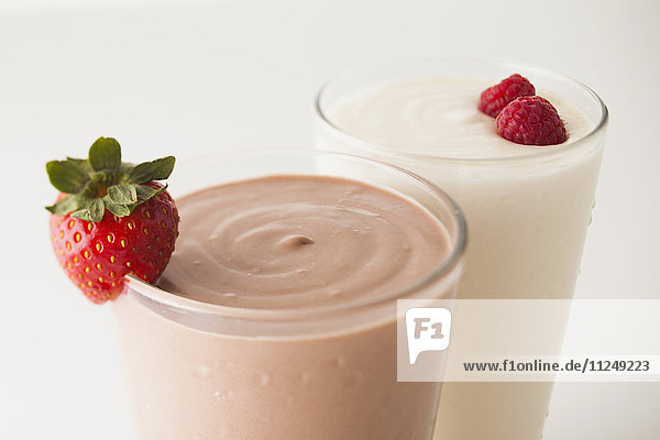 Raspberry and vanilla smoothies decorated with strawberries