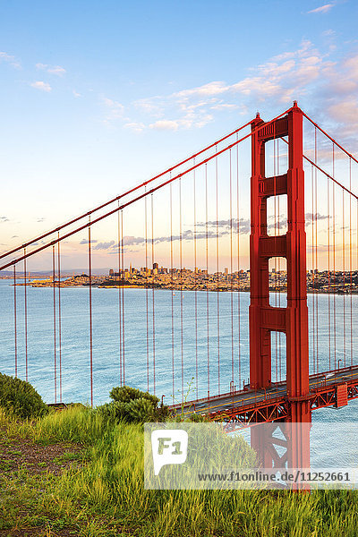 Vereinigte Staaten von Amerika USA Amerika über Nordamerika Bucht Kalifornien Abenddämmerung Golden Gate Bridge San Francisco