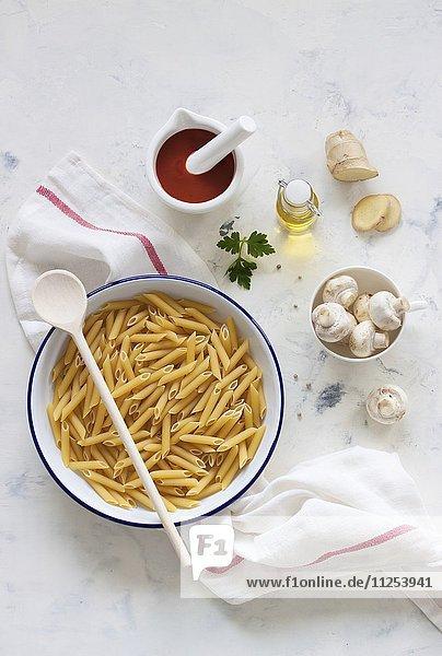 Zutaten für Nudelgericht: Penne  Pilze  passierte Tomaten  Olivenöl und Ingwer