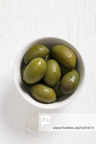 Oliven der Sorte Bella di Cerignola in weissem Schälchen