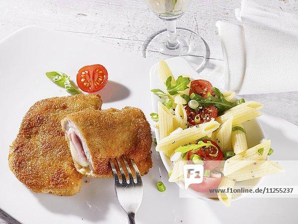 Cordon bleu und Nudelsalat