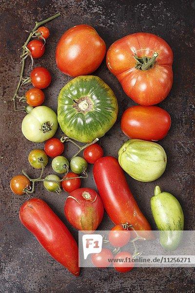 Verschiedene Bio-Tomatensorten (Aufsicht)