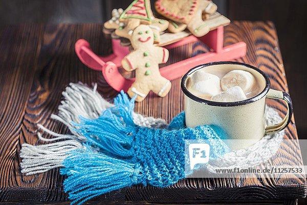 Heisse Schokolade mit Marshmallows zu Weihnachten