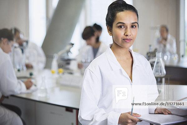 Portrait seriöse Studentin im naturwissenschaftlichen Laboratorium