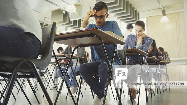 Studenten beim Test am Schreibtisch im Klassenzimmer