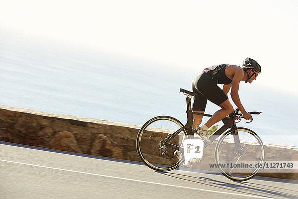 Triathleten-Rennfahrer auf der Seestraße