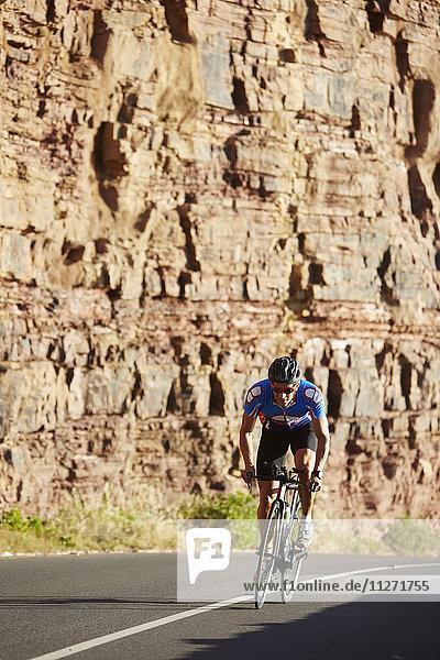 Männlicher Triathlet Radfahrer auf sonniger Straße