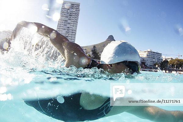 Schwimmsportler im sonnigen Schwimmbad