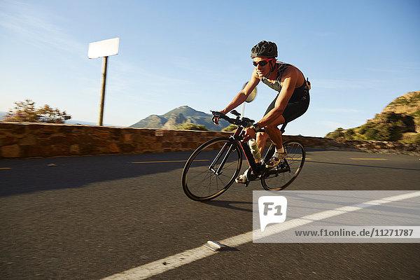 Radrennfahrer an der sonnigen Ecke