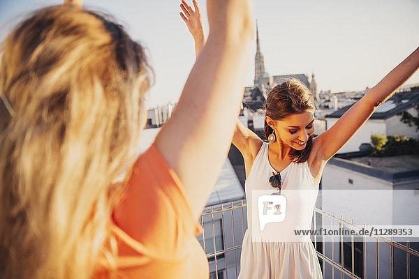 Österreich  Wien  zwei Frauen tanzen auf der Dachterrasse Österreich, Wien, zwei Frauen tanzen auf der Dachterrasse