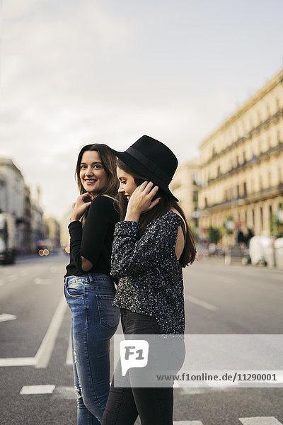Zwei beste Freunde überqueren die Straße