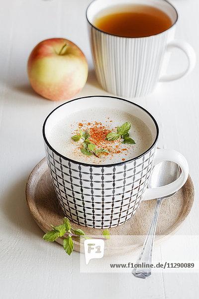 Vegetarische Suppe mit Kokosmilch  Apfel und Datteln