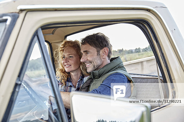 Lächelndes Paar im Pick-up