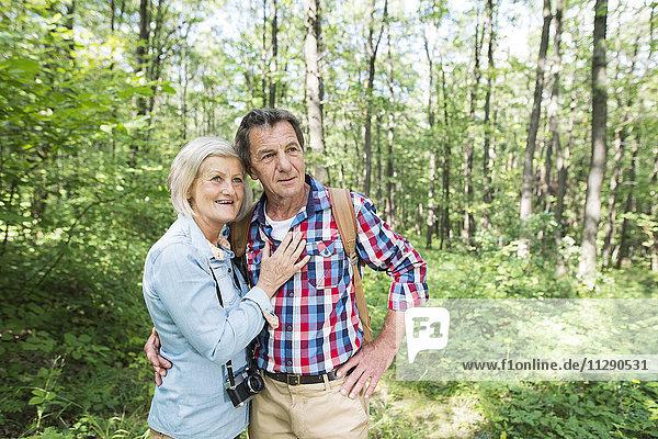 Seniorenpaar im Wald