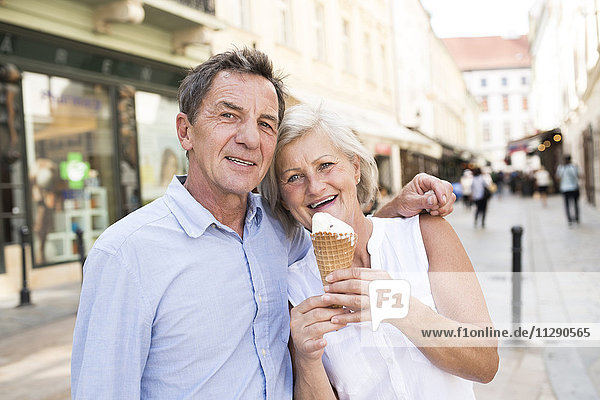 Porträt eines glücklichen Seniorenpaares mit Eistüte