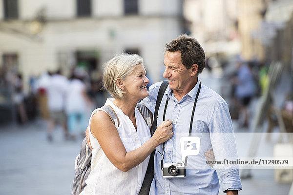 Glückliches Seniorenpaar auf Städtereise
