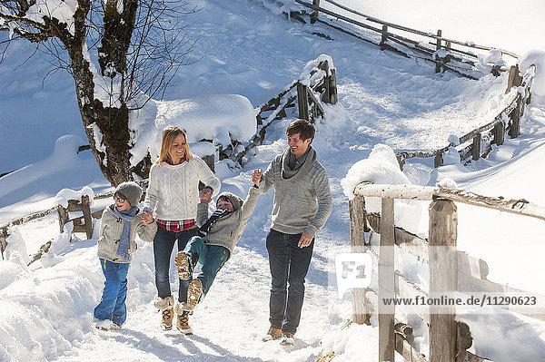 Glückliche Familie beim Wandern im Schnee