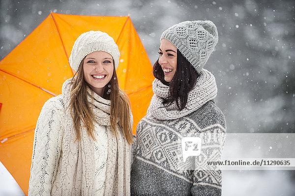 Zwei Freunde in Strickwaren im Winter