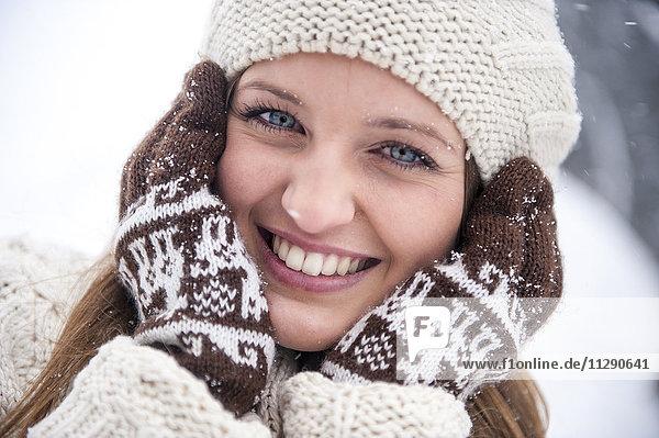 Porträt einer lächelnden Frau in Strickwaren im Winter