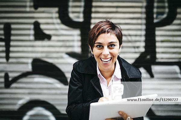 Porträt einer glücklichen Frau mit Tablette